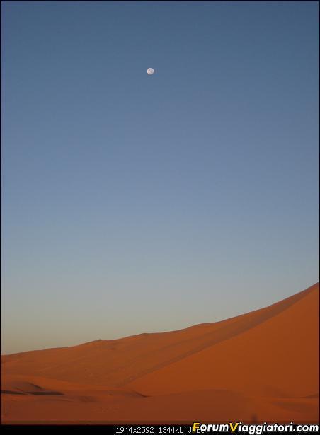E' l'alba: la luna se ne sta andando per lasciare posto al sole !