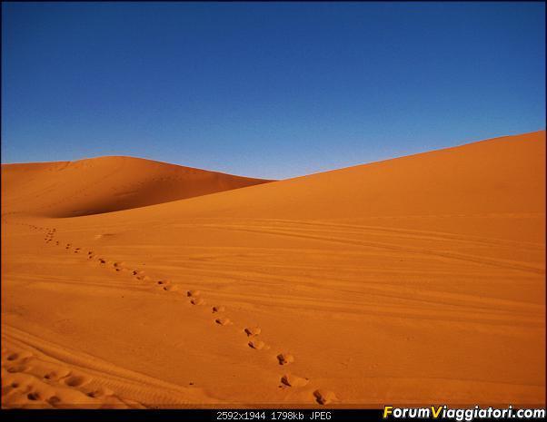 impronte di passi sulla sabbia
